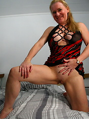 Amateur blonde mom moves apart her feets for cameraman