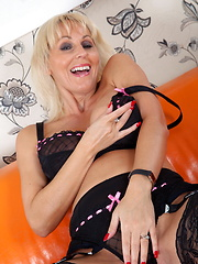 This hot MILF sure knows how to please herself