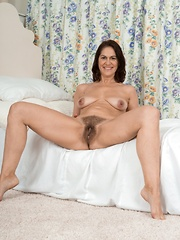 Kaysy gets naked and sexy in her bedroom
